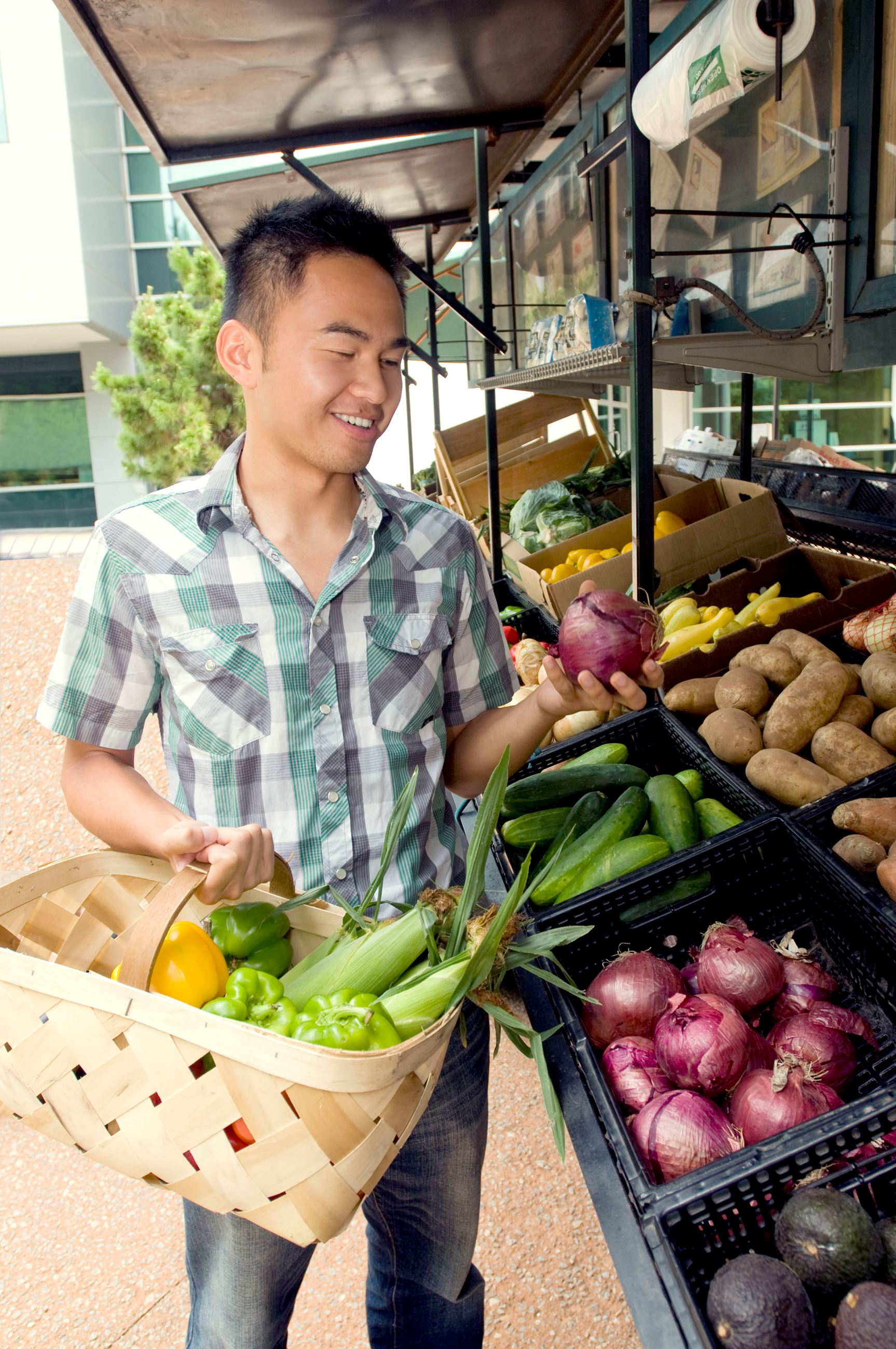 Man Shopping at Farmers Market_CDC photo